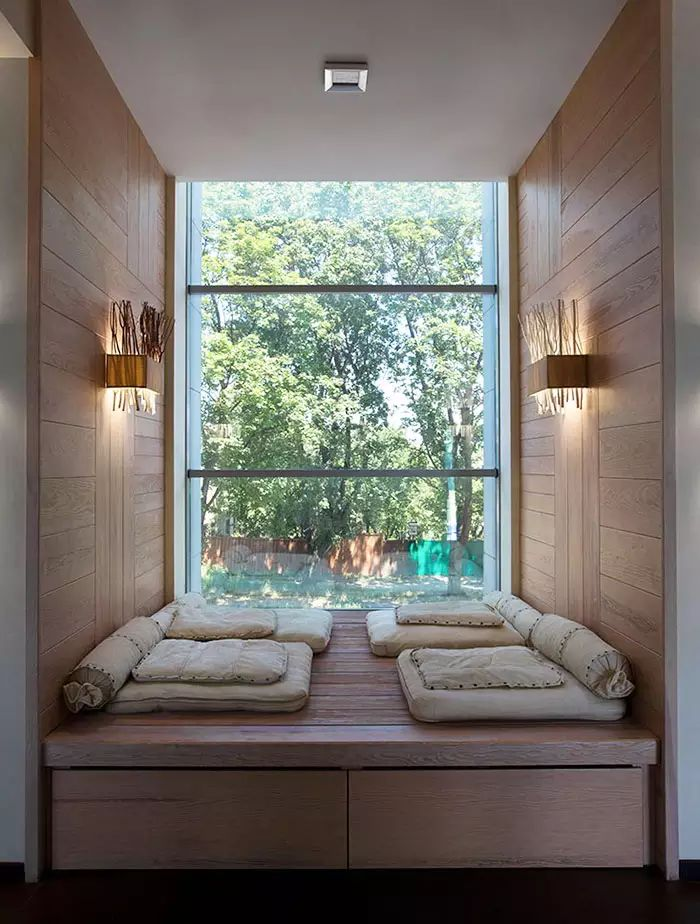 Spazio relax moderno alla finestra - pavimenti e rivestimenti in legno