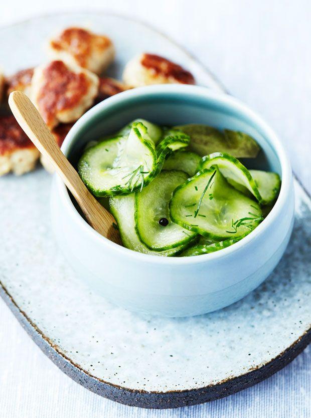 Agurkesalat er en skøn klassiker og et must i det danske køkken. Lav det selv – det er supernemt og smager meget bedre!