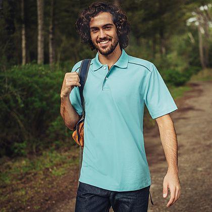 Herren Poloshirt aus 100% Biobaumwolle. Dieses klassische Polo Shirt aus 100% Bio-Baumwolle gibt es in tollen Farben. Die kurze Knopfleiste und die gestickte Trigema-Schwinge auf dem rechten Ärmel sind kennzeichnend für das nachhaltigste Poloshirt der Welt.