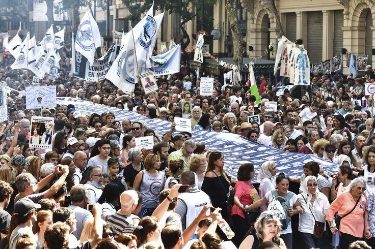 """""""Yo no me olvido"""". 24 de Marzo: Día Nacional de la Memoria por la Verdad y la Justicia. Marchan en Buenos Aires el 24 de marzo de 2017, en el 41º aniversario del golpe de Estado Cívico Militar Genocida (TELAM)"""