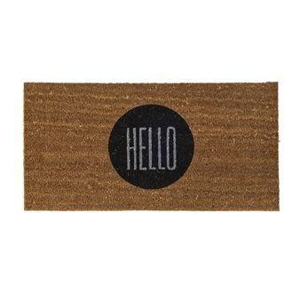 Klassinen kookoskuituinen ovimatto on tässä saanut musta-harmaan painatuksen Hello. Matto tulee Bloomingvilleltä.