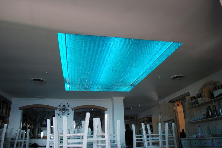 Illuminazione con profili di led. impianto domotico per la regolazione RGB.  Al soffitto sono stati colici in vetro per la sala Bar.  Capri 2015