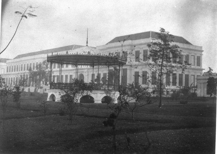 1870: Istana Daendels di Waterlooplein (sekarang Lapangan          Banteng)          yang kemudian dijadikan pusat perkantoran pemerintah.          Juru foto: Isidore          van Kinsbergen (1821-1905). (sumber          foto)