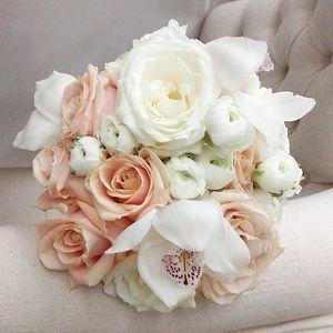 bruidsboeket met perzik en witte rozen en orchidee