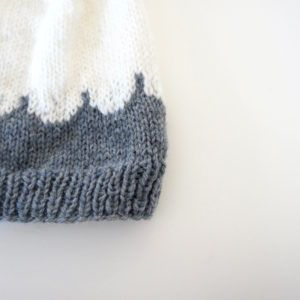 Tilbage i 2013 strikkede jeg en hue til Aksel, af opskriften fra den finske blogger/strikker Muita ihania- huen ser I HER. Efter nogle år har jeg så forsøgt mig med opskriften. Det er en dejlig nem og hurtig hue at…