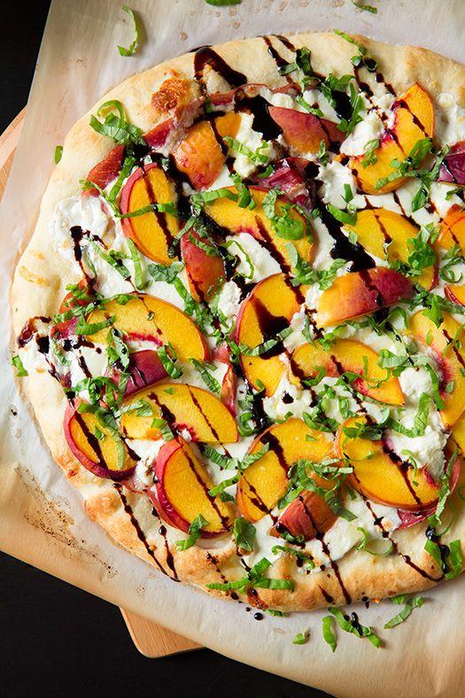 #pizza de tres #quesos con #melocoton, #jamon cocido, #miel y #albahaca