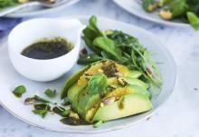 Avokado-pähkinäsalaatti ja lehtipersiljapesto | Koti ja keittiö