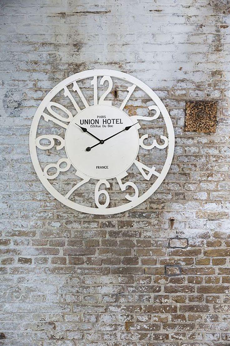 Ben je op zoek naar een grote klok voor in jouw woning? Kom langs in onze showroom en ontdek onze collectie klokken bij Meubelen Larridon #klok #deco #decoratie #meubelenlarridon