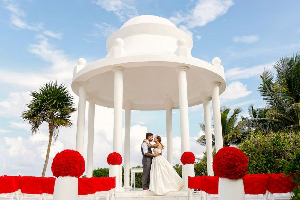 Lighthearted Wedding at Grand Palladium Riviera (Photo by FineArt Photography)