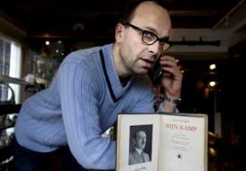 25-May-2015 19:37 - GALERIE MET 'MEIN KAMPF' BEKLAD DOOR ANTIFASCISTEN. 'Verboden voor Joden, voor negers en voor moslims'. De Totalitarian Art Gallery is door antifascisten beplakt met bordjes met racistische leuzen. In de Amsterdamse galerie ligt sinds vrijdagmiddag een uniek exemplaar van Mein Kampf. De bond van antifascisten, de AFVN, eist inbeslagname van het boek en sluiting van de galerie. Als de politie het niet doet, dreigen ze het zelf te doen. Toen galeriehouder Michiel van...
