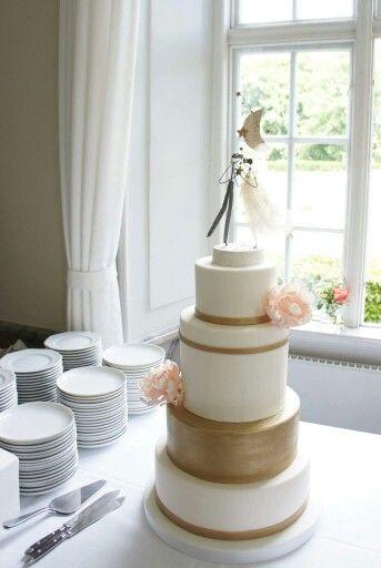 Gold painted wedding cake with designer cake topper  Guld farvet bryllupskage  www.bakemydaydk.com
