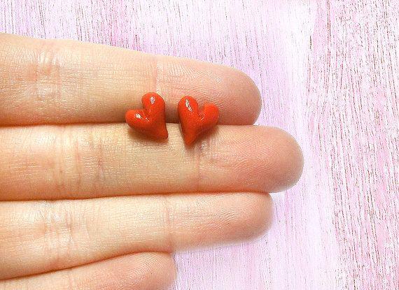 Orecchini cuore rosso a perno minimalisti anallergici per orecchie sensibili fatti a mano in porcellana fredda fidanzata mamma sorella
