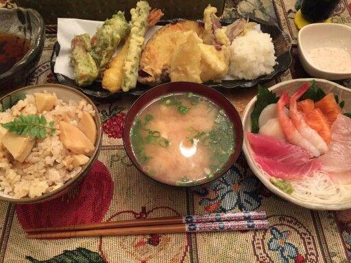 今日の夕食(旦那さんのリクエストメニュー) 天ぷら、お刺身、筍ごはん、お味噌汁(もちろん、お刺身以外は!全て、作りました〜) いただきまーす