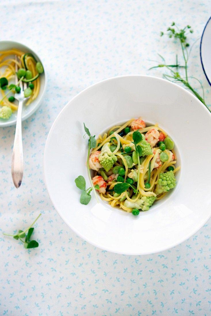 Pasta mit Shrimps, Erbsen und Romanesco | http://eatsmarter.de/rezepte/pasta-mit-shrimps-und-gemuese