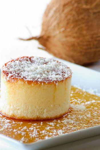 Quesillo de Coco Ingredientes: (10 personas) 2 latas de leche condensada 1 lata de leche de coco o dulce de coco en almíbar 1 cdta. de vainilla 6 huevos 1 taza de coco rallado seco Caramelo: 1 taza de azúcar 3 cdas. de agua Utensilio: un molde para quesillo...