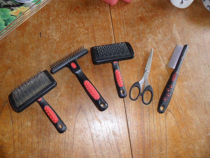 Para obtener buenos resultados se recomienda cepillar todo el pelo y no solo la capa superior, además de un cepillado regular en perros de pelo largo.