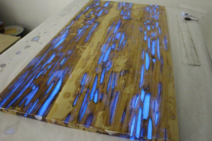 Mike Warren a créé sur Instructables un tutoriel complet qui explique comment créer une table basse en bois dont les défauts et les trous sont remplis de résine qui brille en bleu dans le noir.