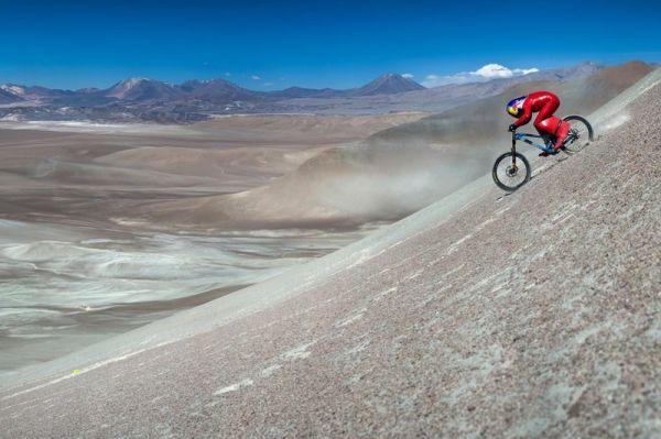 Muni d'un casque goutte et d'une combinaison aérodynamique, l'Autrichien Markus «Max» Stöckl a atteint la vitesse folle de 167,6km/h à vélo de montagne le 13 décembre dernier, battant ainsi son ancienne marque de 164,95km/h établie en 2011.  L'exploit immortalisé par Red Bulla été réalisé sur une montagne anonyme du désert d'Atacama, au Chili. La «butte» de 3972 mètres d'altitude comporte des segments à 45 degrés et une dénivellation totale de plusieurs centaines de mètres. ...