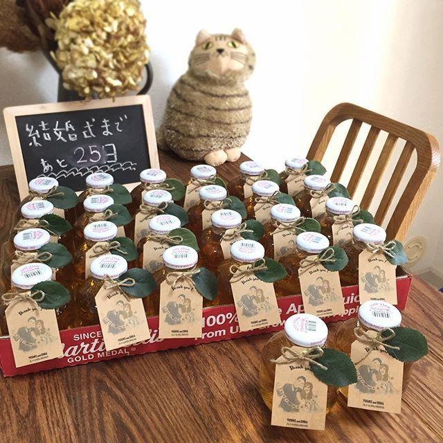 今日はお休みなので披露宴で配るプチギフトのマルティネリにサンキュータグを付けました◡̈♥︎4箱分がんばった!! @m.ohhappyday さんに書いていただいた似顔絵をタグにしました。家にあった余ってる葉っぱも付けてみました。 #wedding #weddingreception #マルティネリ #プチギフト #サンキュータグ #gift #tag #DIY #タグ #アップルジュース #apple #martinellis #結婚式準備 #ウェディングソムリエアンバサダー #第3期ウェディングソムリエジュニアアンバサダー
