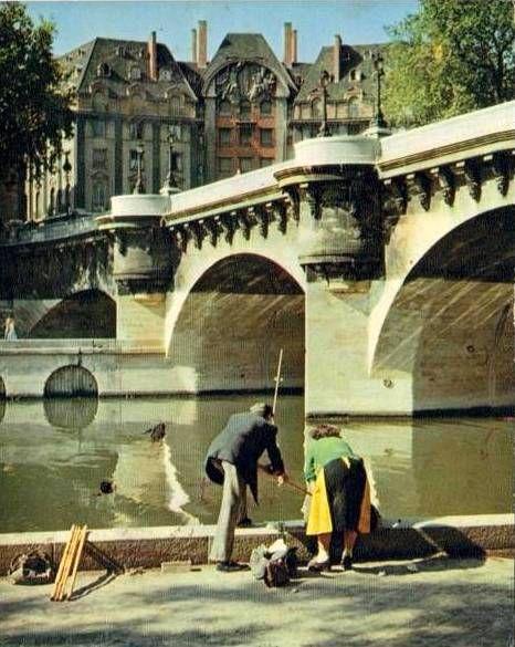 PARIS......1950....LE PONT NEUF.....PHOTO FAITE PAR ALBERT MONIER.....MIMBEAU.TUMBLR.COM........