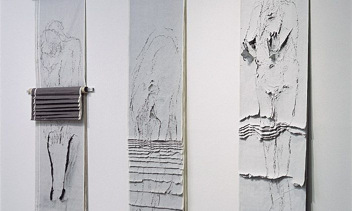 Museum Kampa vystavuje tvorbu malířky Adrieny Šimotové, které je menším ohlédnutím k jejím blížícím se 85. narozeninám. Návštěvníci si mohou prohlédnout zejména její práce ze 70. a 80. let. Papír v nich prořezává, muchlá, drásá a ...