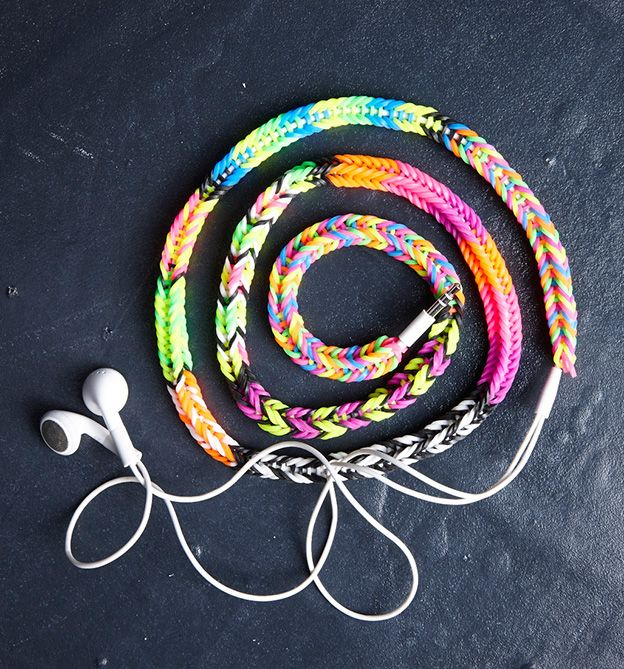 Mit Rubberbands Kabel umloomen! Idee und Anleitung in unserem Buch 'Rubberbands! Fun & Fashion'