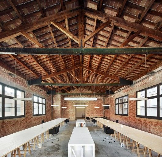 © José Hevia rehabilitación barcelona, oficina, madera, estructura vista, cerchas, ladrillo