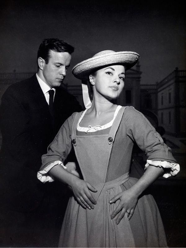 """Franco Zeffirelli dà il tocco finale al costume di scena della protagonista di """"La Cecchina"""" a La piccola Scala (1957)"""