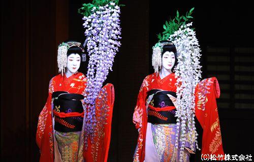 『二人藤娘』左より、坂東玉三郎、中村七之助