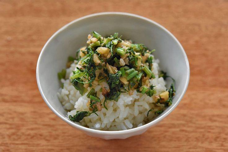 いちばん丁寧な和食レシピサイト、白ごはん.comの『にんじんの葉のふりかけの作り方』を紹介するレシピページです。にんじんの葉は柔らかければきんぴらや炒め物などにも使えますが、少し大きく育ったものだと少し硬く感じてしまいます。その点、ふりかけなら少し大きくなった葉でも美味しく食べることができます!自家製のにんじんの葉のふりかけ、ぜひお試しください!。