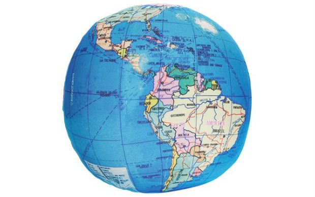 29 opções de almofadas fofas para dar um up no quarto  Perfeita para quem quer viajar o mundo. A almofada Redonda Mapa Mundi custa R$ 59,90 na Zona Criativa.