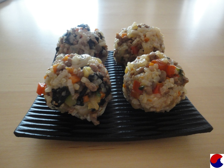 Little rice balls with meat and vegetables, jumeok bap (주먹밥)