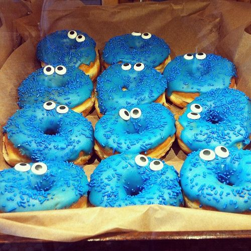 DIY Cookie Monster donuts. Gotta make these for Ellen.