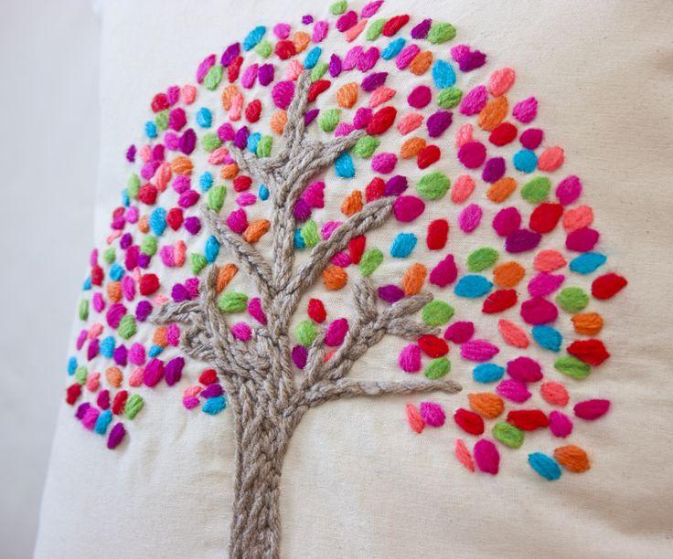 Almohadón bordado a mano con hojas de coloresMedidas: 40x40 cm