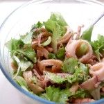 spiedini di caprese: un modo carino per presentare la più classica insalata mediterranea a base di mozzarella e pomodoro.