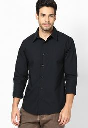 Stylish men out there will look great wearing this black coloured casual shirt from United Colors of Benetton. This slim-fit, cotton shirt is extremely comfortable to wear in all seasons in combination with light blue coloured jeans.