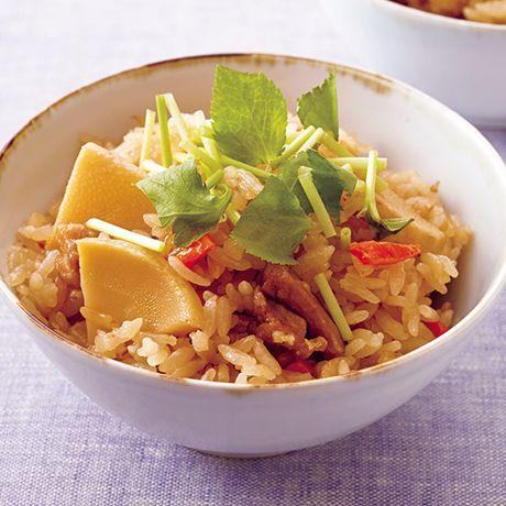 レタスクラブの簡単料理レシピ 味つけした具を一緒に炊き込んで味が決まる「炒めたけのこの炊き込みご飯」のレシピです。