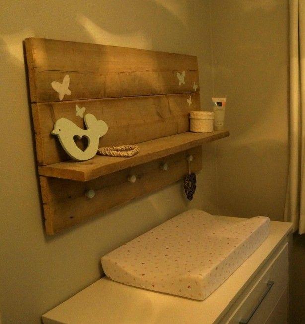 Zelfgemaakt steigerhout bord in stoere en tegelijk lieve babykamer Laat m maken bij Stoereplanken.nl
