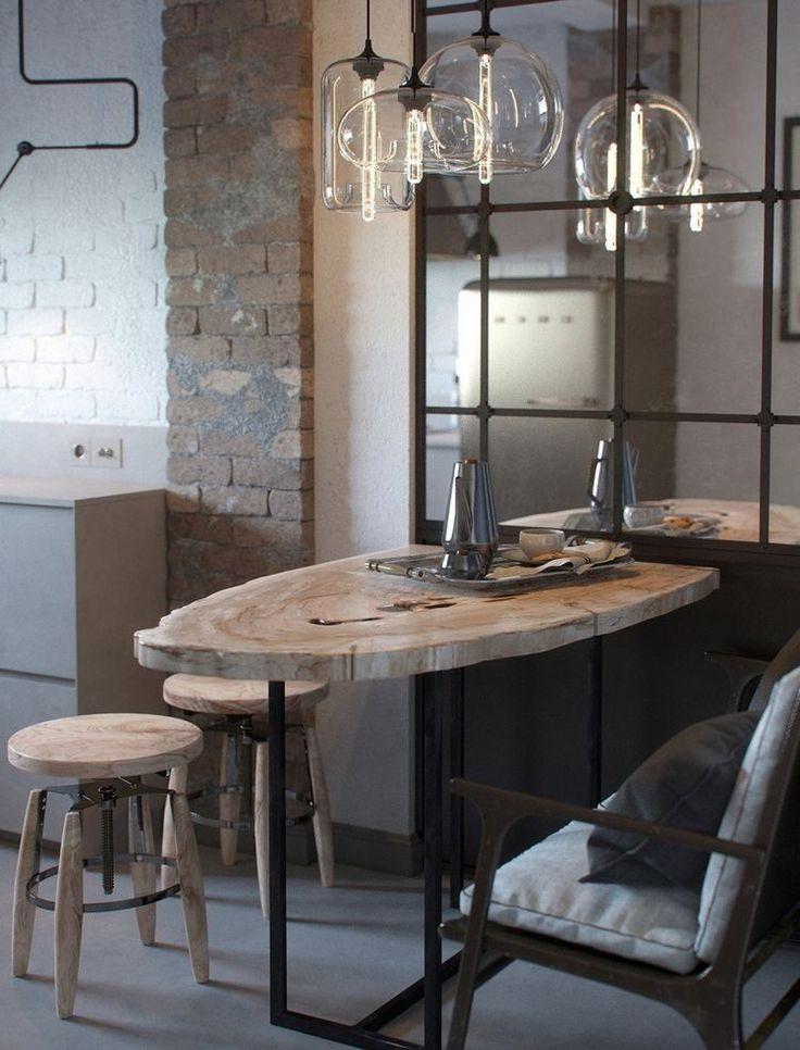 Konyha U-alakú elrendezéssel, fa étkezővel, téglafalakkal - modern és régi együtt
