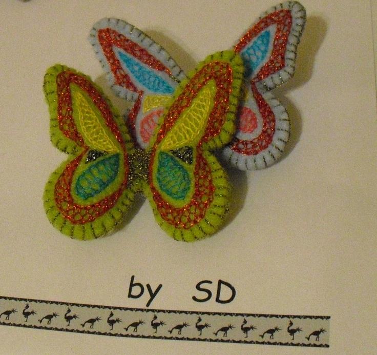 broche mariposa de fieltro bordado en punto mallorquin
