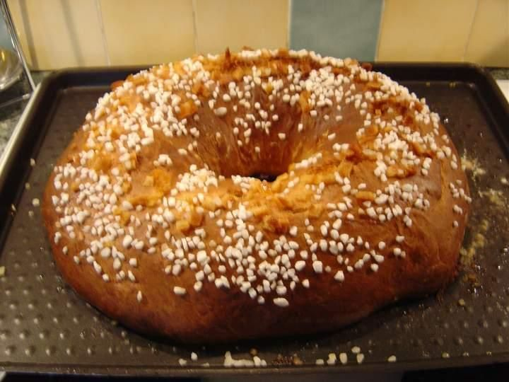 La fouace est une brioche sucrée généralement présentée sous forme de couronne dont la fabrication ancestrale nécessite une lente fermentation et un pétrissage intensif.