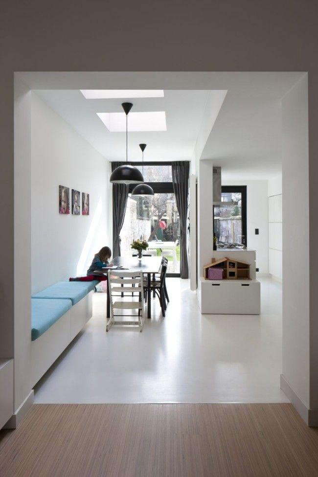 Zitgedeelte erg leuk bedacht, opberruimte en in begin tafelhoogte voor kleine kids PU gietvloer gecombineerd met houten vloer