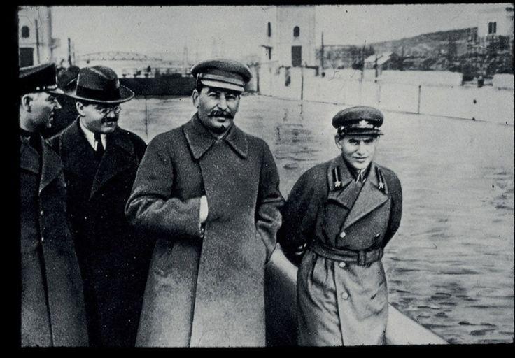 Josif Stalin con Voroshilov, Molotov e Iejov, Mosca, anni 1930. Nel 1936 Nikolai Iejov diventa Commissario del Popolo per gli Affari Interni e assume la direzione della NKVD, la polizia segreta. Nel dicembre del 1938, viene sostituito da Béria, che lo fa arrestare. Sarà fucilato nel febbraio del 1940 dopo essere stato torturato, passando dalla condizione di carnefice a quella di vittima, secondo la logica di un sistema che aveva fedelmente servito…