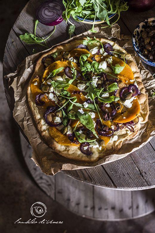 Pizza con zucca feta cipolla e olive