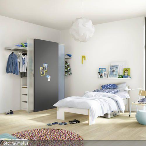 """Platzsparend und unauffällig ist dieses mobile Schranksystem im Schlafzimmer. So bleibt genug Freiraum bei der restlichen Gestaltung des Raumes. Ein farbliches Highlight ist der Teppich """"Pinocchio"""" von Hay."""