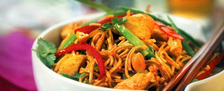 En wok med kyllingfilét, sprø grønnsaker, sterk rød karri og nudler. Topp med frisk koriander ved servering. Varier rettens styrke ved å justere mengden rød karripasta.