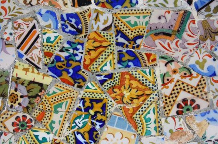 Los mosaicos en Parc Güell no solo parecen a escamas de lagartos y serpientes, pero tambien tienen muchos elementos de la naturaleza como  una variedad de flores de muchos colores, enredaderas, y hojas. Los colores brillantes realmente captan nuestra atención. Este es un ejemplo perfecto de una mezcla de arte y naturaleza de muchas formas diferentes.