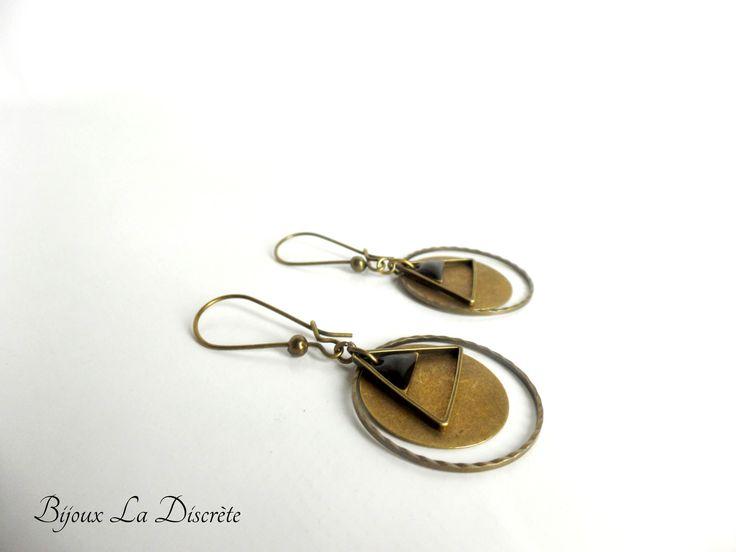 Boucles d'oreilles en métal couleur bronze avec sequin triangle noir : Boucles d'oreille par bijoux-la-discrete