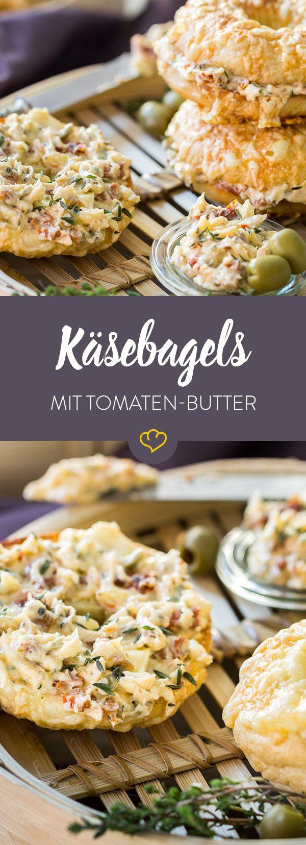 Das amerkanische Lochbrötchen kann auch italienisch: Mit einer knusprigen Käsedecke und cremiger Oliven-Butter mit sonnengetrockneten Tomaten.