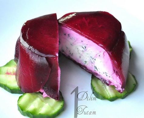 Peynirli Pancar Salatası - Serap Kılınç #yemekmutfak Pancar salatasını TV'de bir yemek programında görmüş ve rengine vurulmuştum. Misafirlerime böyle şık seyler sunmak çok hoşuma gittiği için hemen tarifini yazdım... Ama şimdi kimden aldığımı açıkçası bilemiyorum. Sadece yabancı bir yemek programı olduğunu hatırlıyorum. Bir kez kez yaptım, tavsiye ederim...